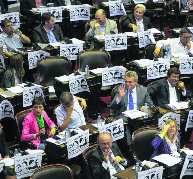 Polémica en Diputados por carteles que relacionaban a Macri con la dictadura