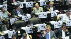 polemica en diputados por carteles que relacionaban a macri con la dictadura