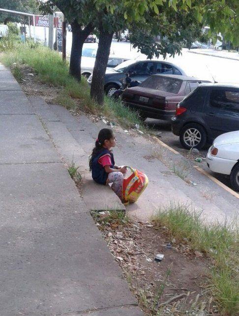 Victoria reflexiva con la mochila en la mano. Foto Twitter.
