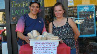Irma y Laura se ocupan de llenar cada día el canasto con productos que la gente puede llevarse gratis.Foto UNO Juan Manuel Hernández.