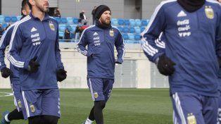 Messi se reincorporó a las prácticas pero sigue en duda para jugar contra España