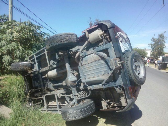 Este mediodía en Paraná: Volcó una camioneta en calle Garrigó