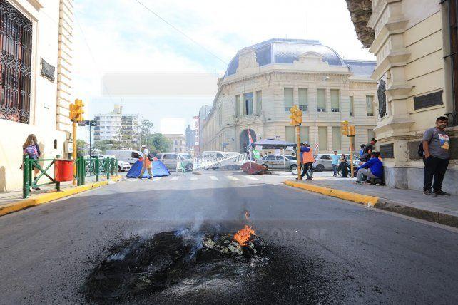Municipales protestaron frente a la comuna por el aumento por decreto