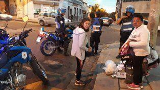 Las mujeres que venían de una clase de respostería tuvieron que vaciar las bolsas en la calle.