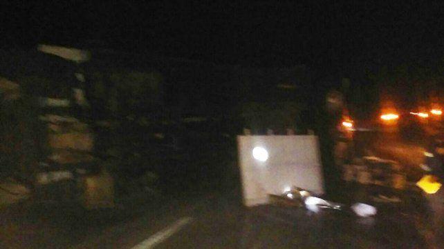 Volcó camión cargado con vinos