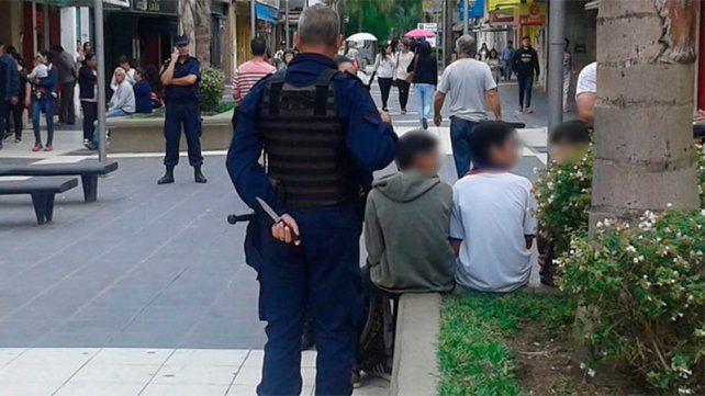 Los policías custodian a los estudiantes.