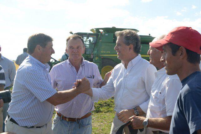El Ministro mantuvo un diálogo con más de 50 productores e integrantes de la fundación en San Salvador.