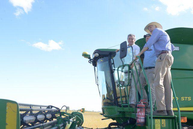 Etchevehere tuvo la posibilidad de probar una cosechadora de arroz.
