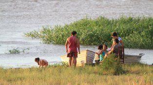 Una familia disfruta de la costa en Puerto Sánchez. Foto UNO Archivo Juan Ignacio Pereira.