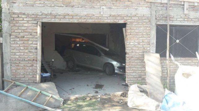 Dio marcha atrás con su auto, se metió en una casa y mató a una vecina