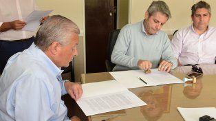 Documento. Mario Barberán firmó el convenio con José Lauritto.