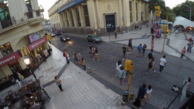 El arribo de turistas se puede advertir en la Peatonal de Paraná. Foto UNO.
