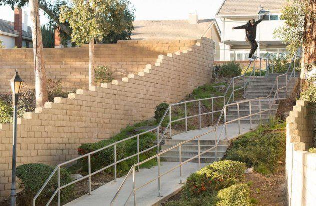 Nyjah Huston deslizando una escalera difícil.