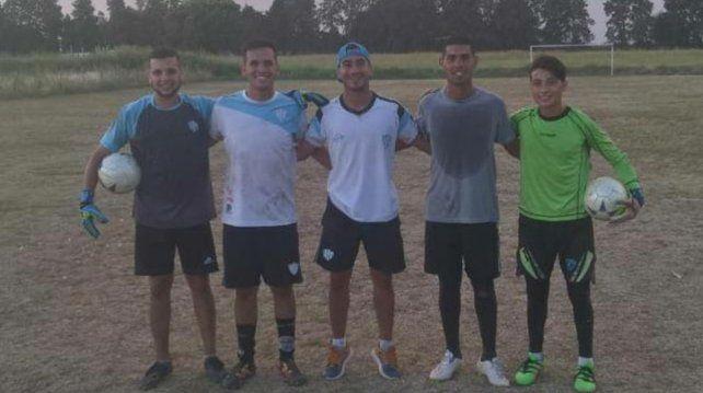 Fabián, de gorra, junto a los arqueros de Primera División y juveniles de Belgrano de Paraná.
