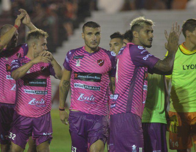 El confirmado. Adrián Balboa (derecha) será titular seguro en la ofensiva Santa; hoy sabrá si lo acompaña Ribas o Quiroga para atacar al Auriazul rosarino.