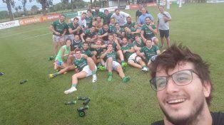 Festejo. Los jugadores del Verde se sumaron a la selfie luego de ganar en suelo correntino.