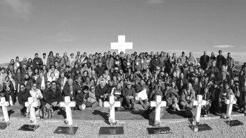 El lunes 214 familiares de los 90 soldados identificados viajaron por primera vez a visitar las tumbas de sus seres queridos en el Cementerio de Darwin.