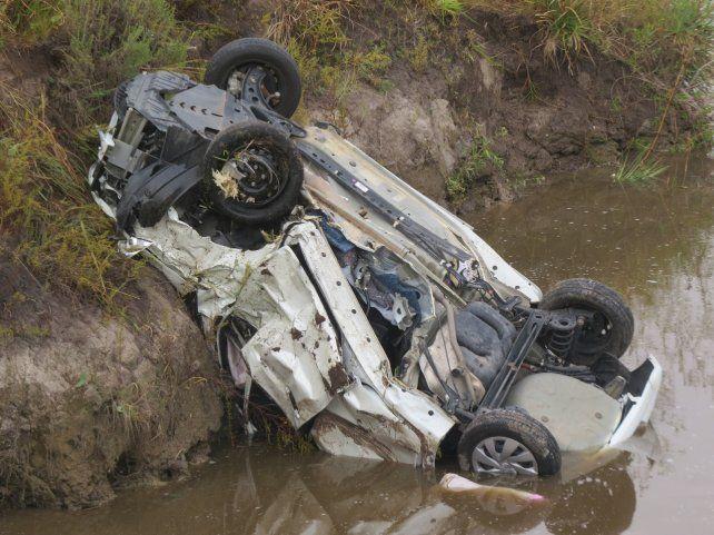 El auto cayó al arroyo con los cuatro ocupantes. Foto PER.
