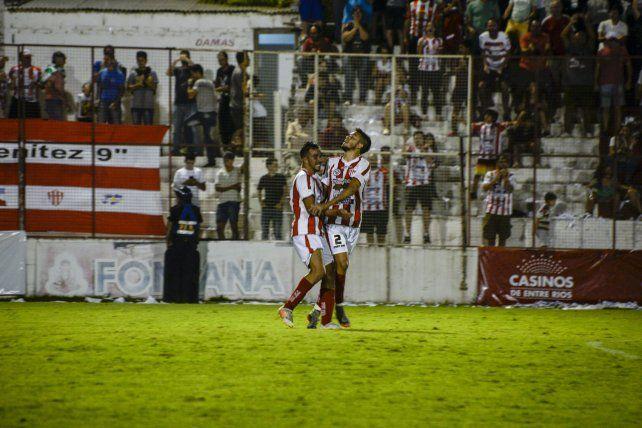 Oportuno. Albornoz festeja su gol junto a Walter Torres. El empate llegó 8 minutos después del tanto visitante.