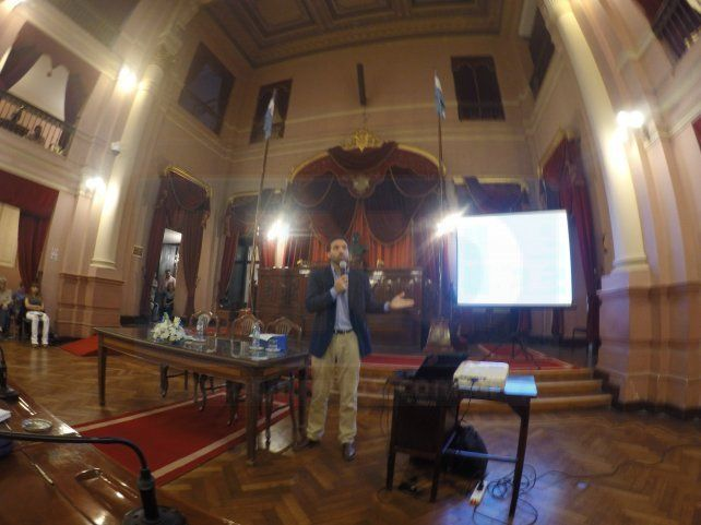 Damián Verzeñassi dando una clase magistral en la Cámara de Diputados de Entre Ríos.
