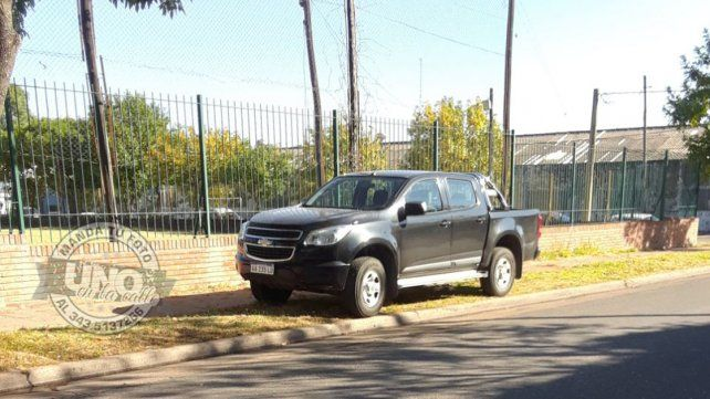 Mal estacionado: Sobre la vereda de la escuela de Comercio