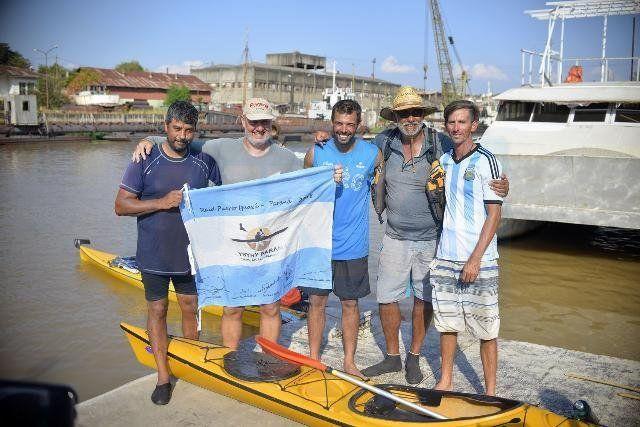 Misión cumplida. Los cinco paranaenses se abrazaron al saber que se alcanzó el objetivo. Foto: Mateo Oviedo