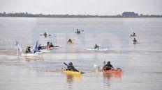 Larga travesía. Los cinco kayakistas llegaron hoy a la tarde a la capital entrerriana. Foto: Mateo Oviedo.