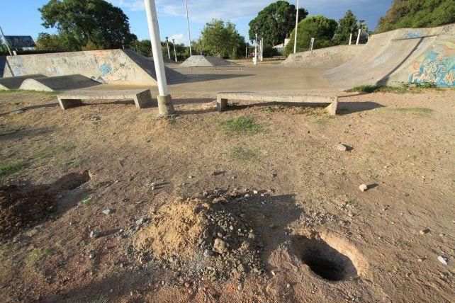 El martes siguieron excavando y hoy colocaron las columnas. Foto UNO.
