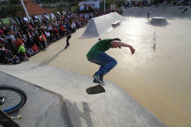 El lugar que ocupaba el público el día de la inauguración hoy está delimitado. Foto UNO Juan Ignacio Pereira.