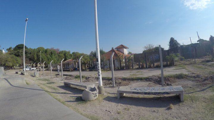 Las columnas esperan por los alambras para delimitar el terreno. Foto UNO.