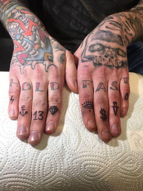 Manos y dedos tatuados.