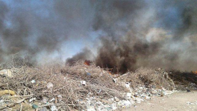 Perjudicial. Las quemas en el basural a cielo abierto de Viale son permanentes y los vecinos piden soluciones.