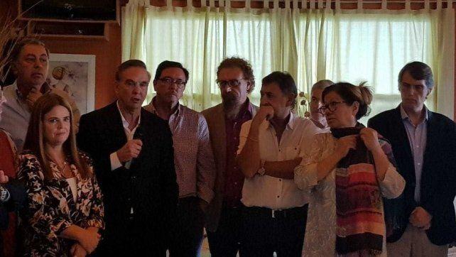 Pichetto lideró el encuentro y la conferencia de prensa. Lo escoltan dos entrerrianos: Guastavino y Kunaht. También estaba Bahillo.