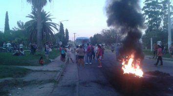 Entre los dirigentes que se acercaron a dialogar con los vecinos se encuentra el senador por La Paz, Aldo Ballestena.Foto: Diego Maydana (La Sexta).