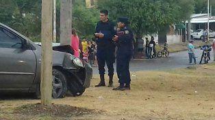 Terminó chocando contra un cartel y una moto en calle Larramendi.