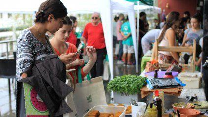 Las compradoras observan y preguntan sobre los alimentos saludables. FotoUNOJuan Ignacio Pereira.