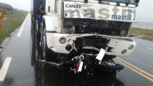 La moto quedó abajo del camión. Foto PER.