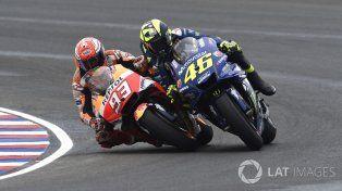 El español Marc Márquez va por adentro y el italiano Valentino Rossi por afuera.