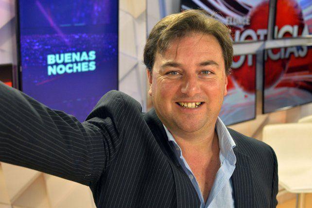 Nicolás Blanco se reparte las horas en los estudios de Canal Once y en LT14. El periodista le da su impronta al magazine del prime time.