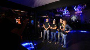 Pablo Albornoz (en el medio de gorra) con dos colegas entrevistados para la televisión. Foto UNO Diego Arias.