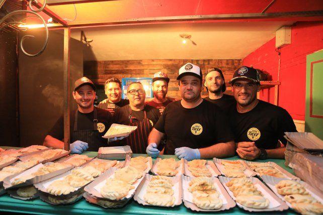 Diego a la izquierda con la bandeja en la mano acompañado por Juan Pablo, Arielo, Sergio, Julián, Mariano  y Gerardo. Foto <b>UNO</b> Diego Arias. <div><br></div>