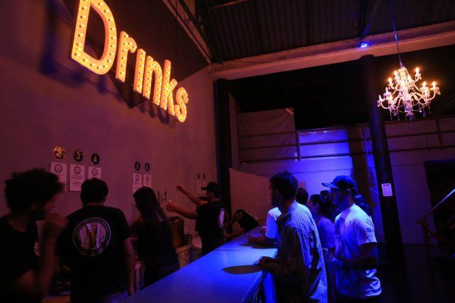 Los primeros en llegar fueron rápido por una cerveza. Foto UNO Diego Arias.
