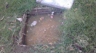 Materia fecal y aguas servidas en la vereda de la manzana 2 del Paraná I