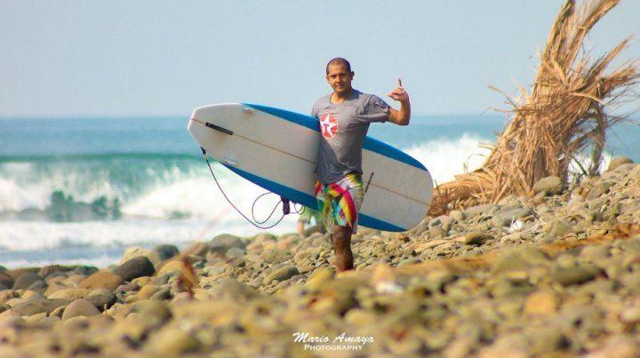 El surfistas antes de entrar al Pacífico.
