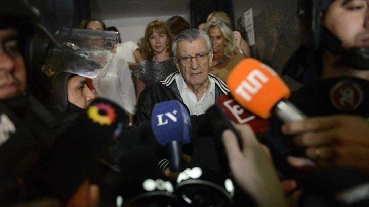 Gioja sale para hablar con la prensa. Estuvo escoltado por varias mujeres