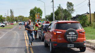 Movilizados. Unos 70 vecinos participaron ayer de una volanteada en el acceso a la localidad.
