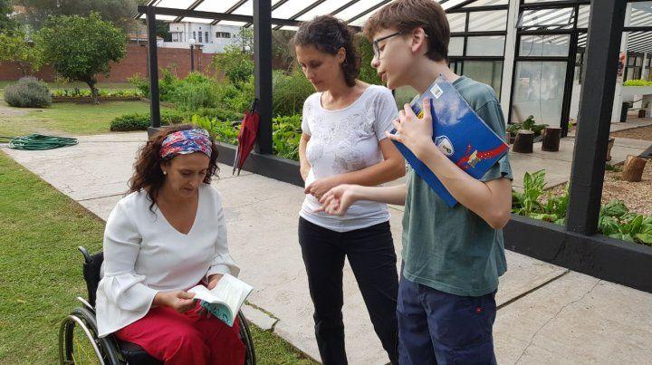 Michetti repasa el material literario de Santino. En la foto acompaña la madre del pequeño paranaense.