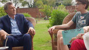Macri charla con Santino en la Quinta de Olivos. Luego le dedicó una foto: Para el gran Santino.