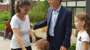 Macri saluda a la madre de Santino y sus dos hermanos.