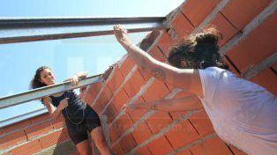 Dos hermanas se calzaron el traje de albañiles y ladrillo a ladrillo construyen el sueño de la casa propia